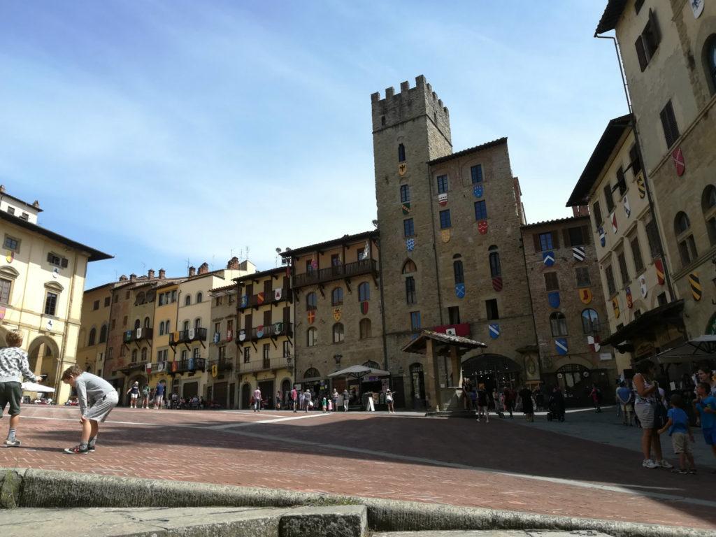 Arezzo-piazza-grande-sole